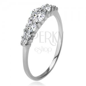 Stříbrný prsten 925, větší a menší čiré zirkony v kotlících