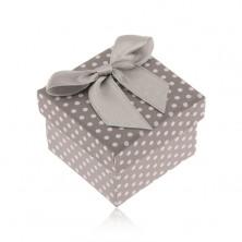 Sivo-biela bodkovaná krabička na prsteň, lesklá mašľa