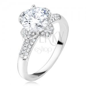 Prsten s čirým zirkonovým květem, kamínky v ramenech, stříbro 925