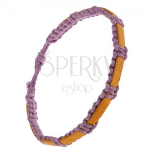 Pletený fialový náramek ze šňůrek, hořčicový pás kůže na povrchu