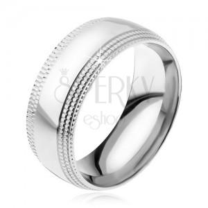 Ocelový prsten, lesklý povrch, stupňovitě seříznuté rýhované okraje