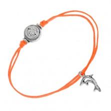 Oranžový šnúrkový náramok na ruku, obrys delfína a ryhovaná gulička