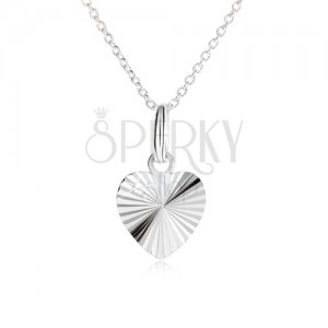 Souměrné srdce s paprskovitými zářezy na řetízku - náhrdelník ze stříbra 925