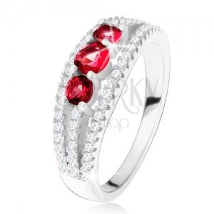 Stříbrný 925 prsten, tři rubínové kamínky, zirkonové proužky