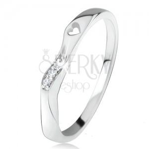Prsten ze stříbra 925, zvlněná ozdobná část, čiré zirkony, výřez ve tvaru srdíčka