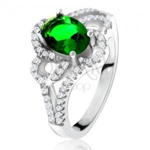 Stříbrný prsten, šikmý oválný zelený zirkon, zaoblené linie, čiré kamínky