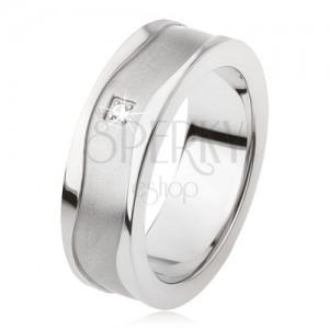 Prsten z titanu s matným povrchem a lesklými vlnkami, čirý kamínek