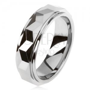 Wolframový prsten stříbrné barvy, geometricky broušený vyvýšený pás