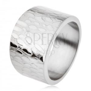 Mohutný široký titanový prsten, lesklé nepravidelné ovály na povrchu
