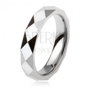 Wolframový prsten ocelově šedé barvy, geometricky broušený povrch