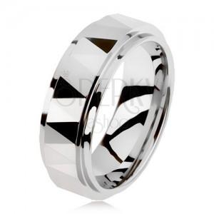 Wolframový broušený prsten stříbrné barvy, trojúhelníky, vyvýšený středový pás