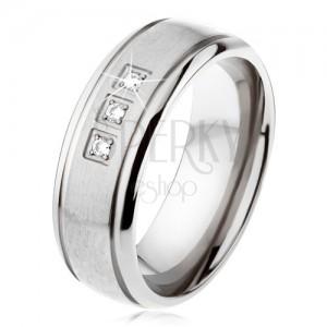 Titanový prsten stříbrné barvy, matný pás, lesklé okraje, tři zirkony