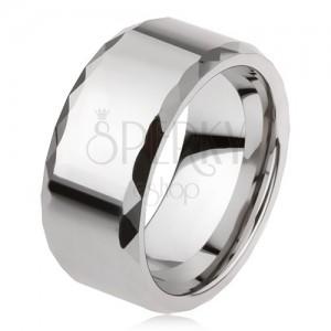 Wolframový prsten stříbrné barvy, geometricky broušené okraje, hladký povrch