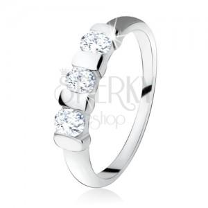 Stříbrný prsten 925, tři oválné zirkony předělené úzkým páskem