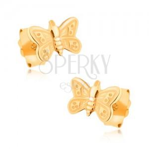 Náušnice ve žlutém 9K zlatě - blyštivý, ozdobně gravírovaný motýlek