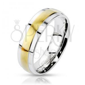 Ocelový prsten stříbrné barvy, vyvýšený matný pás ve zlatém odstínu