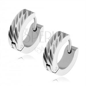 Lesklé ocelové náušnice stříbrné barvy, šikmé dekorativní zářezy