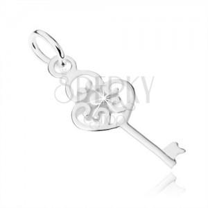 Plochý přívěsek ve tvaru klíče ze stříbra 925, hlavička ze tří srdcí a kuličky