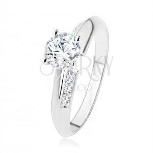 Zásnubní prsten ze stříbra 925, zkosená ramena zdobená zirkony, čirý kamínek