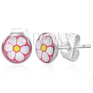 Ocelové náušnice stříbrné barvy, bílý kvítek na růžovém pozadí