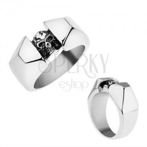 Ocelový prsten stříbrné barvy, lesklá a zbroušená ramena, patinovaná lebka
