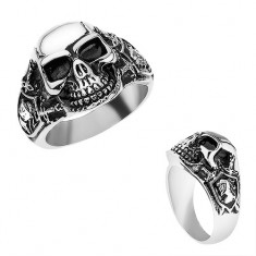 Ocelový prsten stříbrné barvy, vypouklá lebka s patinou, rytíř, meče T24.8