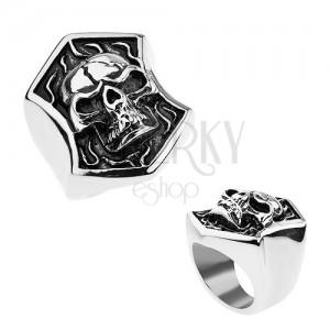 Ocelový prsten stříbrné barvy, vypouklá lebka s prasklinou v erbu, patina