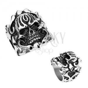 Ocelový patinovaný prsten, vypouklá lebka, ornamenty na ramenech