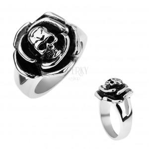 Patinovaný ocelový prsten, růže s lebkou uprostřed, rozdvojená ramena