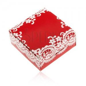 Papírová krabička červené barvy na prsten a náušnice, bílý krajkový vzor