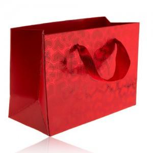 Červená taška na dárek, matná srdíčka na lesklém podkladu, červené stužky
