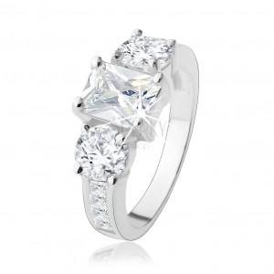 Zásnubní prsten ze stříbra 925, tři velké zirkony čiré barvy, zdobená ramena