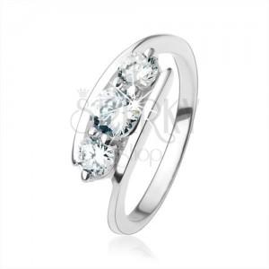 Stříbrný prsten 925, čiré zirkony uchycené mezi konci ramen
