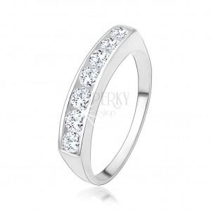 Zásnubní prsten ze stříbra 925 se vsazenou linií čirých zirkonů