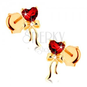 Náušnice ze žlutého 9K zlata - červené granátové srdce, lesklá mašlička