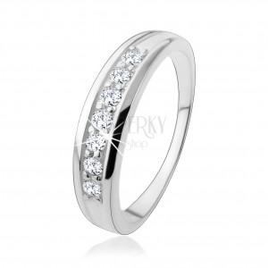 Zásnubní stříbrný prsten 925 s linií zirkonů vsazenou v ramenech