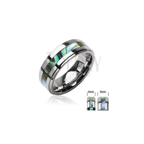 Wolframový prsten stříbrné barvy, uprostřed pás se vzorem mušlí