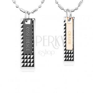 Dva ocelové náhrdelníky, známky s černými trojúhelníky a nápisy