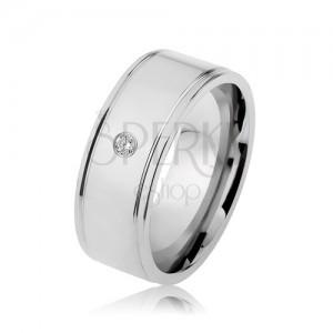 Ocelový prsten stříbrné barvy, zrcadlový lesk, čirý zirkon, zářezy u okrajů