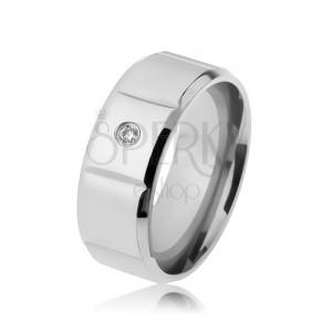 Hladký ocelový prsten stříbrné barvy, zirkon, svislé zářezy, zbroušené okraje