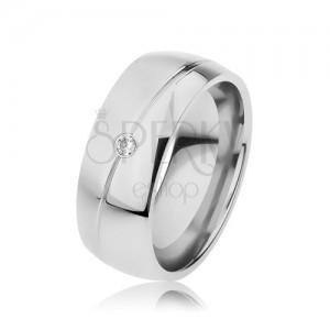 Ocelový prsten stříbrné barvy, lesko-matné provedení, šikmý zářez, zirkonek