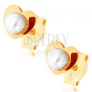Zlaté náušnice 375 - lesklé srdíčko, bílá perlička uprostřed