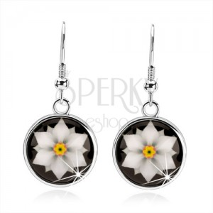 Kabošon náušnice, kruh s glazurou, bílý květ na černém podkladu