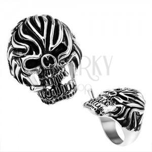 Ocelový prsten, lebka s cigaretou a výraznými zářezy na čele, černá patina