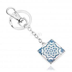Klíčenka kabošon, čtverec s glazurou, modrobílý květ, bílé pozadí