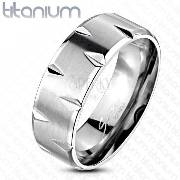 Titanový prsten - saténový povrch ozdobený zářezy