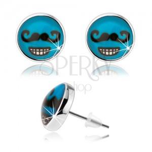 Náušnice ve stylu cabochon, sklo, modré pozadí, černý knírek, zubatý úsměv