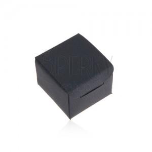 Matná tmavomodrá krabička na prsten nebo náušnice, šikmé linie na povrchu