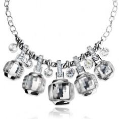 Masivní náhrdelník stříbrné barvy, broušené průhledné čtverce, zirkony