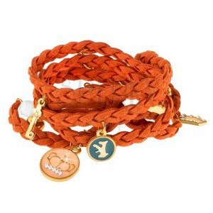 Pletený náramek oranžové barvy, drobné přívěsky různých tvarů a barev